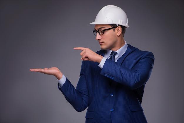 Jovem arquiteto no conceito industrial