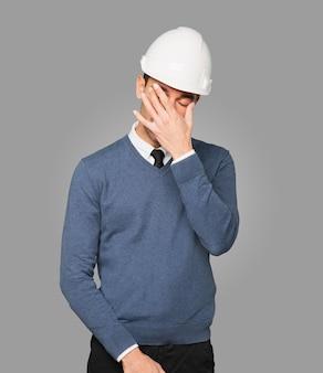 Jovem arquiteto preocupado posando. isolado