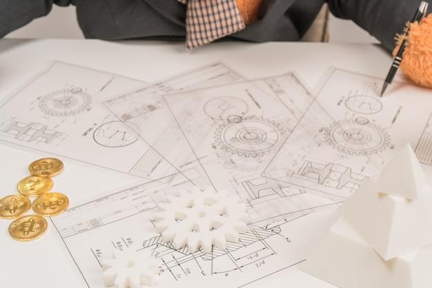 Jovem arquiteto trabalhando duro em um novo projeto e conceito