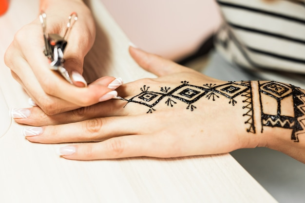 Jovem artista mehendi pintura henna na mão