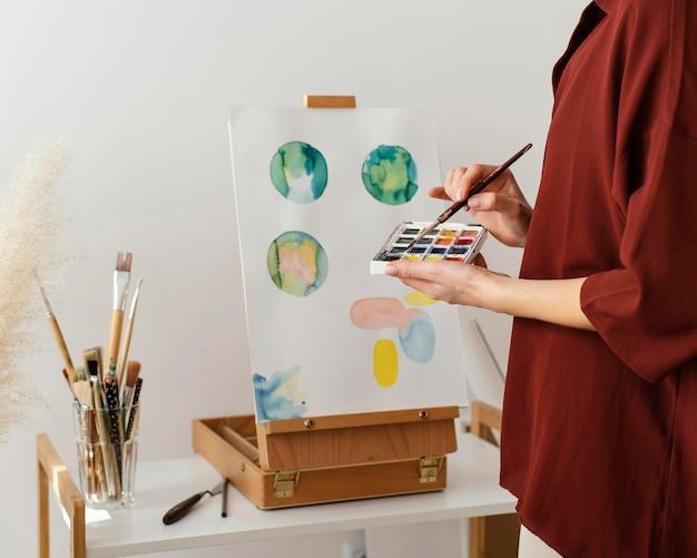 Jovem artista pintando com aquarela