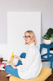 Jovem artista pintando em casa em um estúdio criativo