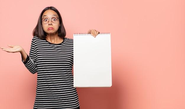 Jovem artista se sentindo perplexa e confusa, duvidando, ponderando ou escolhendo diferentes opções com expressão engraçada