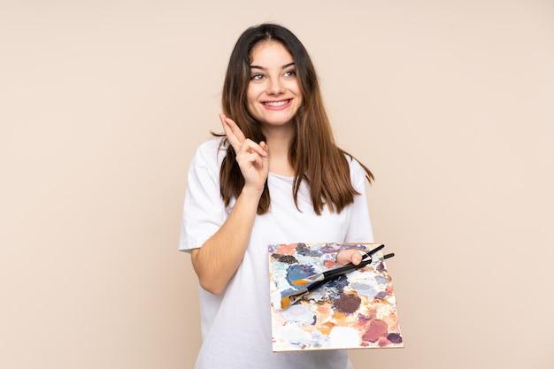 Jovem artista segurando uma paleta