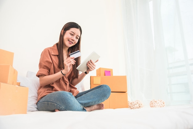 Jovem asiática arranque empreendedor de pequenas empresas expedição de distribuição de pme
