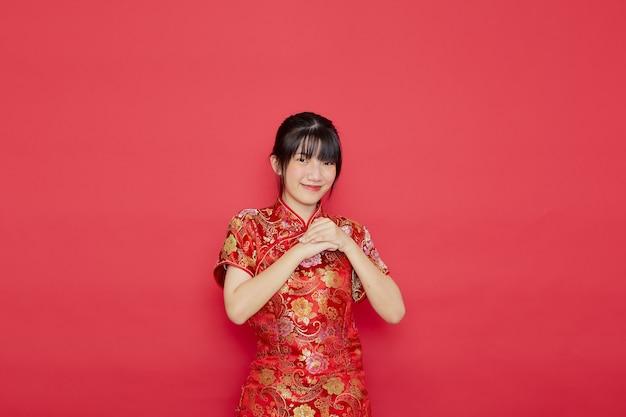 Jovem asiática bonita usando cheongsam com ação para o conceito de ano novo chinês Foto Premium