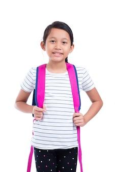 Jovem asiática colegial com mochila sorrindo sobre fundo branco