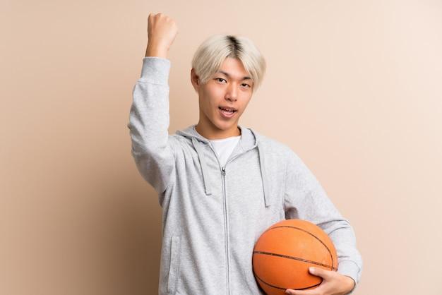 Jovem asiática com bola de basquete