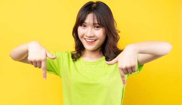 Jovem asiática com expressões e gestos