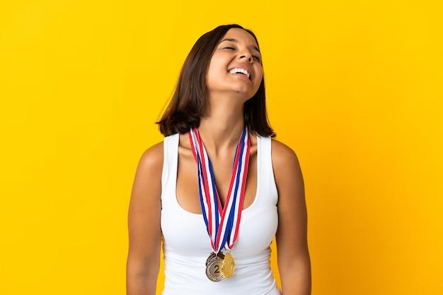 Jovem asiática com medalhas brancas rindo