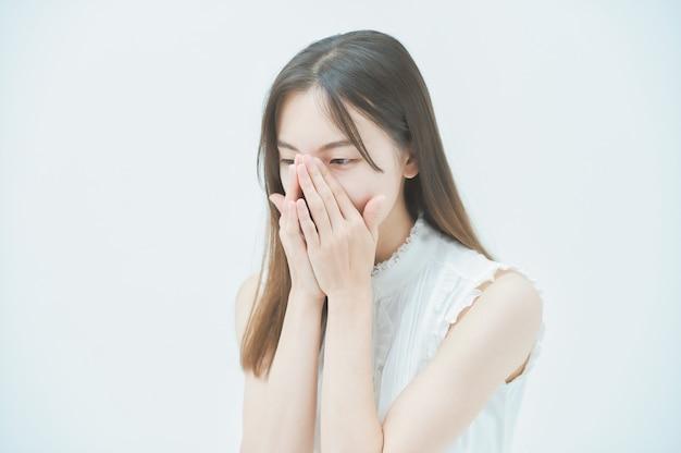 Jovem asiática com um olhar estressado
