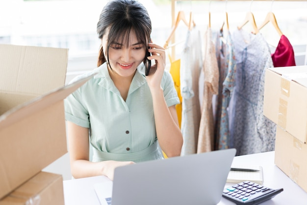 Jovem asiática começando uma carreira de vendas on-line em casa