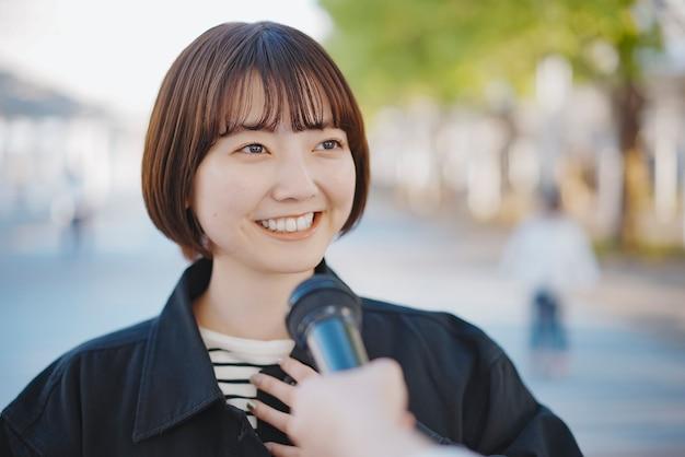 Jovem asiática entrevistada na rua da cidade