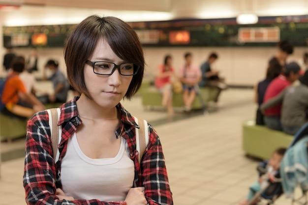 Jovem asiática espera por alguém no shopping em taipei, taiwan.
