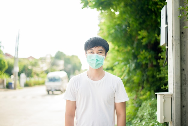 Jovem asiática está usando máscara facial na cidade ao ar livre