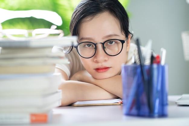 Jovem asiática fazendo lição de casa