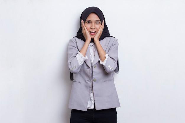 Jovem asiática linda mulher muçulmana chocada cobrindo a boca com as mãos por engano. conceito secreto