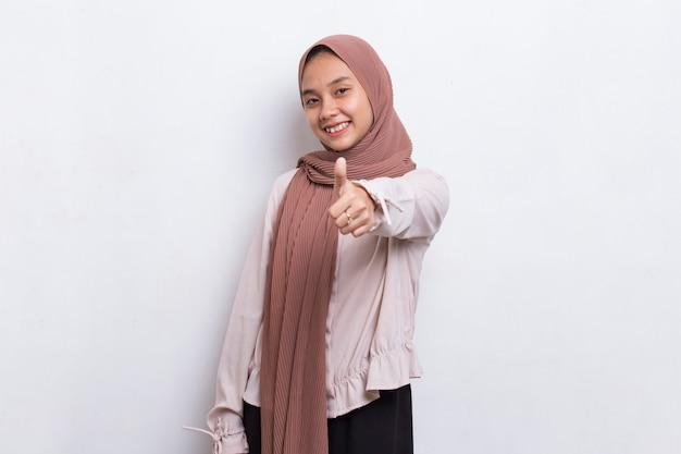 Jovem asiática linda mulher muçulmana com sinal de ok gesto isolado no fundo branco