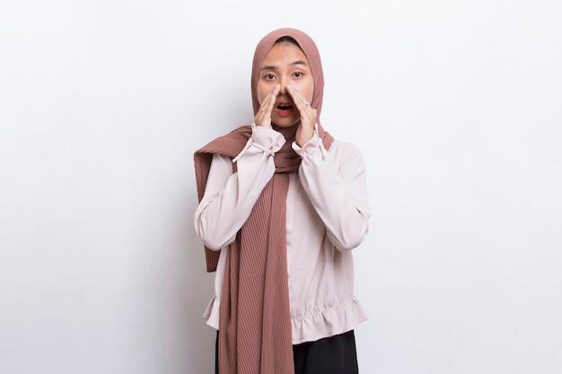 Jovem asiática linda mulher muçulmana gritando e gritando, anunciando isolado no fundo branco