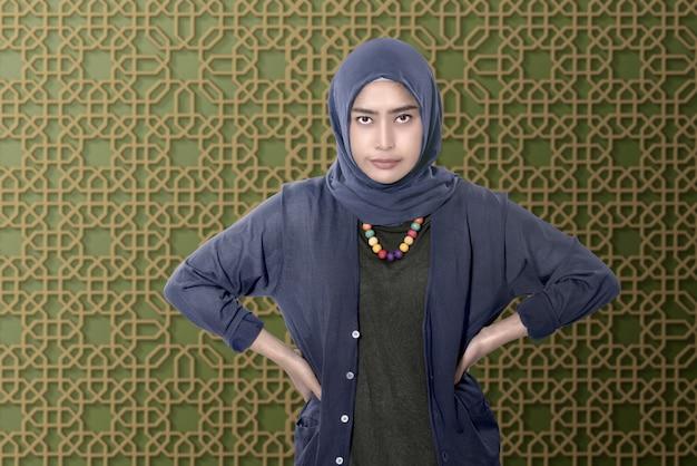 Jovem asiática muçulmana com cara de tristeza