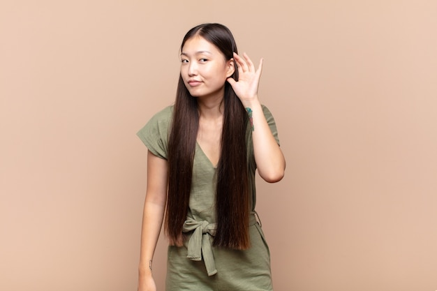 Jovem asiática parecendo séria e curiosa