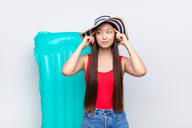 Jovem asiática se sentindo confusa ou duvidando