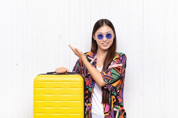 Jovem asiática se sentindo feliz e alegre, sorrindo isolada