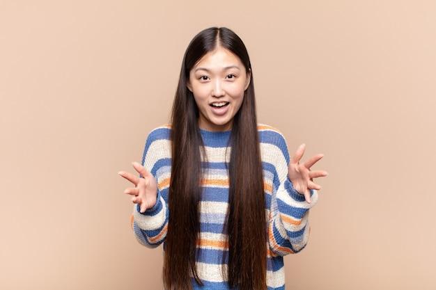 Jovem asiática se sentindo feliz, surpresa, sortuda e surpresa, gosta de dizer omg sério? inacreditável
