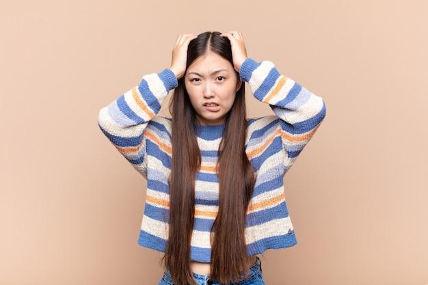 Jovem asiática se sentindo frustrada e irritada