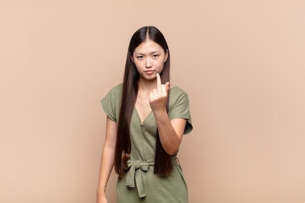 Jovem asiática se sentindo irritada, irritada, rebelde e agressiva isolada