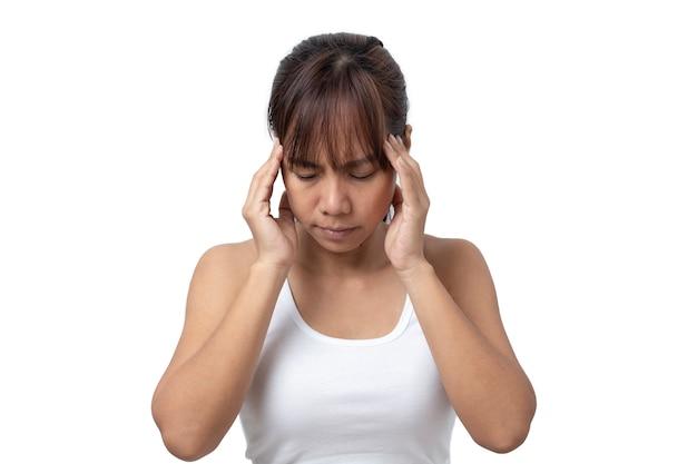 Jovem asiática, sofrendo de dor de cabeça no fundo branco