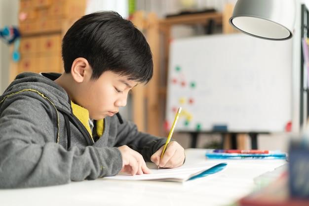 Jovem, asiático, adolescente, estudante, fazendo, dever casa