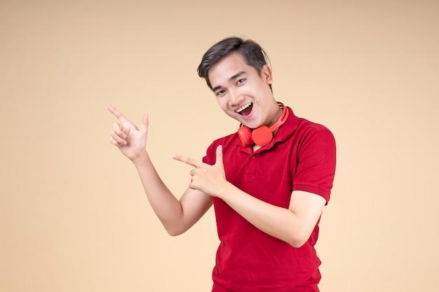 Jovem asiático bonito e alegre estudante com gesto de mão