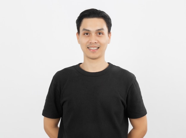 Jovem asiático bonito sorrindo com aparelho e olhando