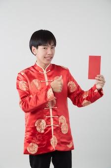 Jovem asiático com vestido de gola mandarim