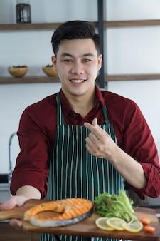 Jovem asiático está feliz com sua refeição