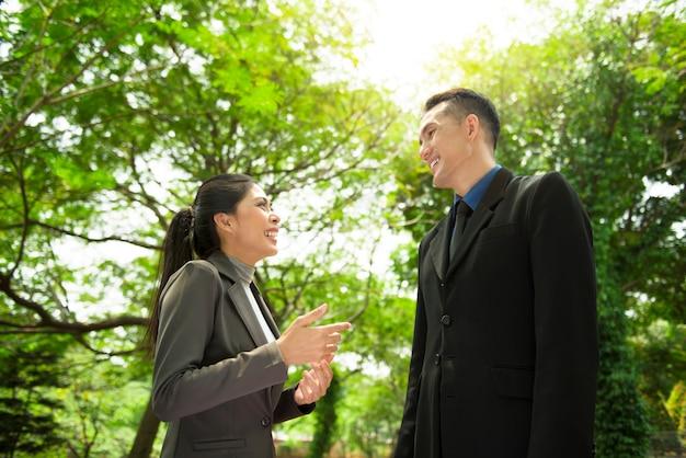 Jovem, asiático, executiva, discutir, trabalho, com, dela, chefe