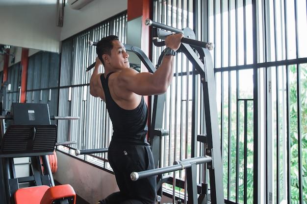 Jovem asiático exercitar e fazer pull ups
