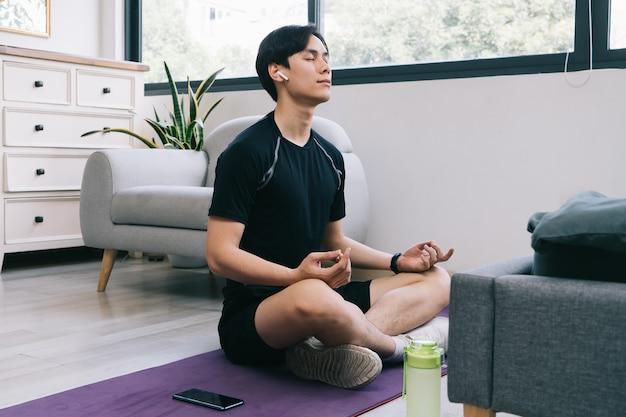 Jovem asiático fazendo exercícios em casa