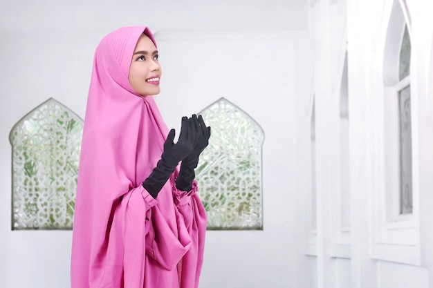 Jovem, asiático, muçulmano, mulher, véu, orando