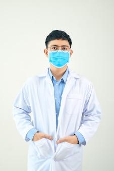 Jovem asiático na área médica, vestindo um jaleco branco e máscara facial,