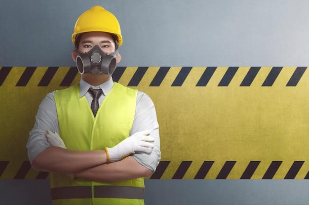 Jovem, asiático, trabalhador construção, com, cruzado, braço, ficar