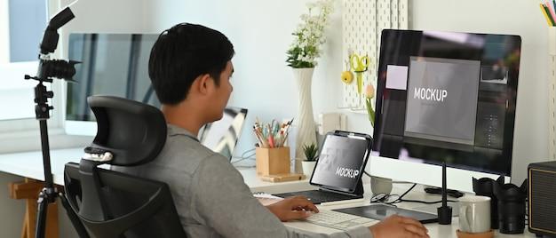 Jovem asiático trabalhando em casa em um computador