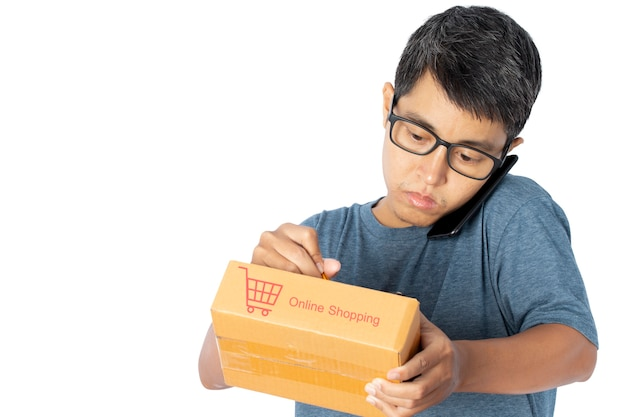 Jovem asiático usando um smartphone, levando a verificação do pedido de compra on-line.