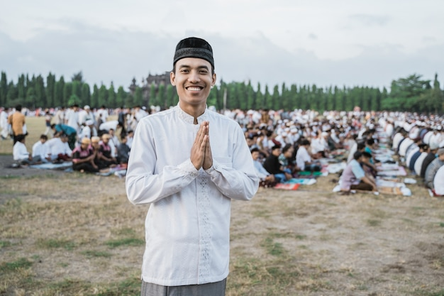 Jovem asiático vestindo roupas tradicionais javanesas