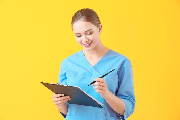 Jovem assistente médica com documentos
