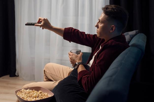Jovem assistindo serviço de streaming em casa