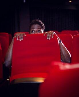 Jovem assistindo um filme assustador