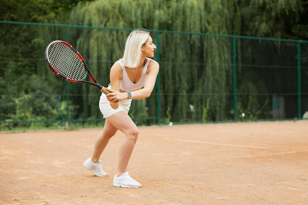 Jovem ativa jogando tênis