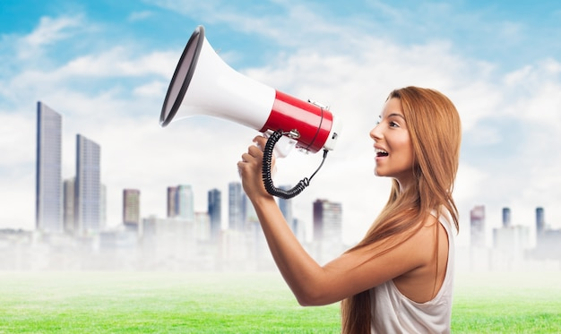Jovem ativista com alto-falante